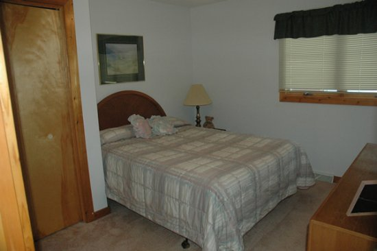 http://www.mountaintoprentals.net/custimages/bedroom1.jpg